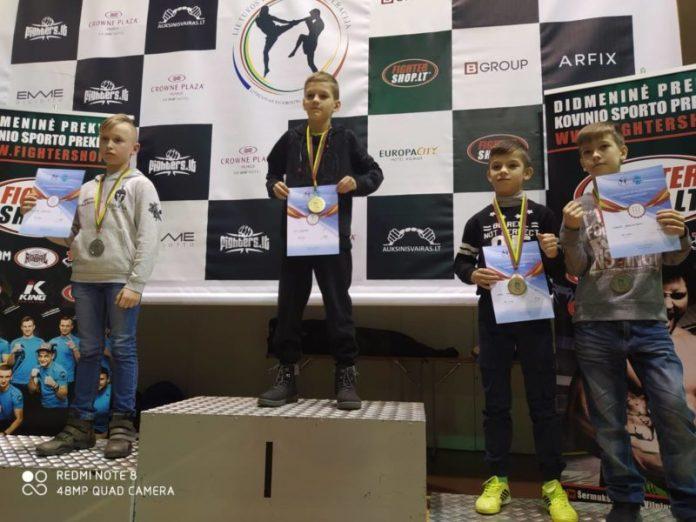 Юные кикбоксёры -- победители турнира в Вильнюсе. Фото: тренера Руслана Костюка