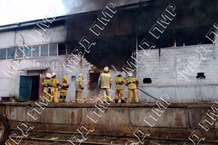 Ликвидация пожара на фабрике в Рыбнице. Фото: пресс-центр МВД ПМР