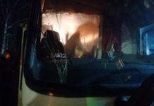 Закидали камнями автобус с украинцами, которые прибыли из Китая. Фото: twnews.co