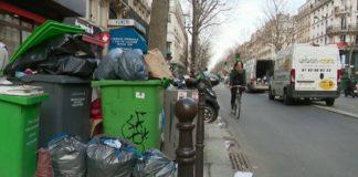 На улицах французских городов появились горы мусора