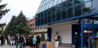 Своей очереди желающие посетить магазин ждут на улице. фото: пресс-служба госадминистрации