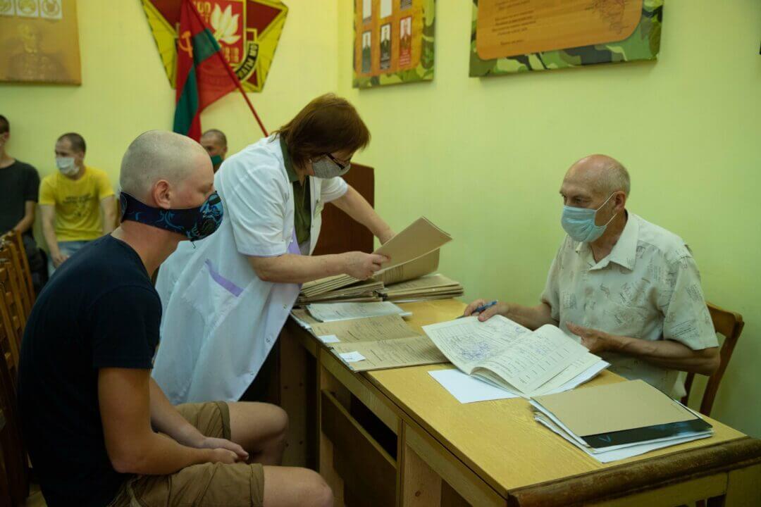 Фото: Минобороны ПМР. В военном комиссариате с призывником беседует врач