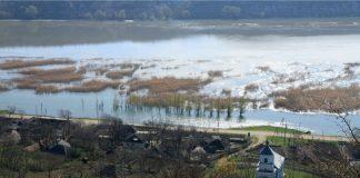 Автомобильная трасса, проходящая по территории Резинского района, частично затоплена. Фото: moldovenii.org
