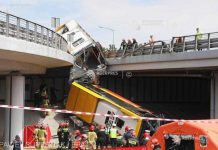 Автобус с пассажирами упал с моста. Фото: www.agerpres.ro
