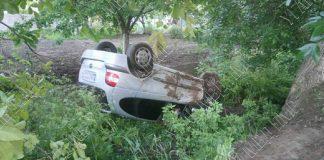 Машина перевернулась и вылетела в кювет