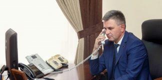 Вадим Красносельский ведет переговоры по телефону с Игорем Додоном