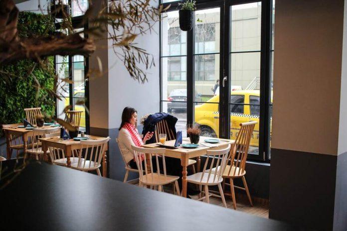Принимать посетителей теперь можно и внутри кафе и ресторанов
