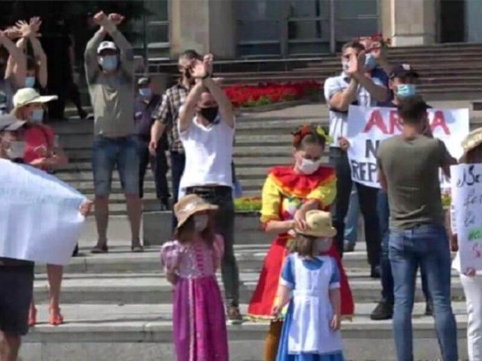 Протестующие возмущены продлением властями ограничений, не позволяющими проводить массовые мероприятия и торжественные церемонии. Стоп-кадр видео realitatea.md